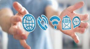 Affärsman som använder för multimediapapper för tolkning 3D symboler Royaltyfri Bild
