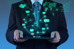 Affärsman som använder internet för minnestavladatorshower och samkvämnetw