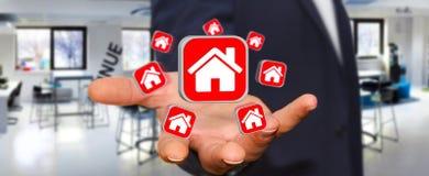 Affärsman som använder modern applikation för att hyra en lägenhet Arkivfoto