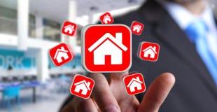 Affärsman som använder modern applikation för att hyra en lägenhet Arkivbilder