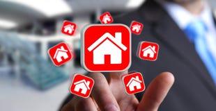 Affärsman som använder modern applikation för att hyra en lägenhet Arkivbild