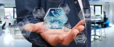 Affärsman som använder moderna digitala applikationer Arkivfoton