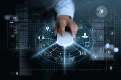 Affärsman som använder musbetalningonline-shopping och anslutning för symbolskundnätverk på global informationsbakgrund, M-bankrö arkivbilder