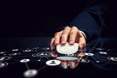 Affärsman som använder musen Blandat massmedia Arkivbilder