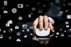 Affärsman som använder musen Blandat massmedia Arkivbild