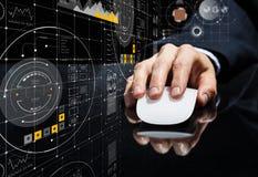 Affärsman som använder musen Blandat massmedia Fotografering för Bildbyråer