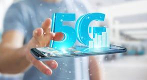 Affärsman som använder nätverket 5G med tolkningen för mobiltelefon 3D Arkivfoto