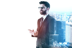 Affärsman som använder smartphonemultiexposure arkivfoto