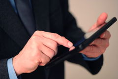 Affärsman som använder tabletdatoren Royaltyfria Foton