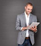 Affärsman som använder tableten royaltyfria foton
