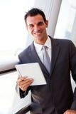 Affärsman som använder tableten Arkivbild
