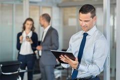 Affärsman som använder tableten royaltyfri foto