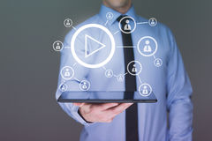 Affärsman som använder tabletPCEN Videoen visar internetanvändare presentationen för begreppet för bakgrund 3d isolerade framförd Arkivfoto