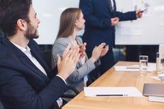 Affärsman som applåderar till reporter efter lyssnande presentation arkivfoton