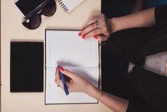 Affärsman som arbetar bak ett skrivbord med minnestavlan Arkivfoto