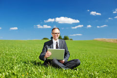 Affärsman som arbetar i den öppna luften arkivbilder