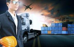 Affärsman som arbetar i sändningsportbruk för logistiskt och last arkivfoto