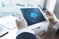 Affärsman som arbetar med den digitala minnestavlan på kontoret arkivbild