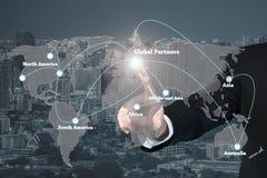 Affärsman som arbetar med den globala partnergrafen för faktisk manöverenhet arkivfoton