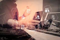affärsman som arbetar med den smarta telefonen och digital minnestavla och lapt Royaltyfria Bilder