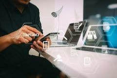 affärsman som arbetar med den smarta telefonen och digital minnestavla och lapt Arkivfoton