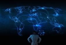 Affärsman som arbetar med det nya moderna sociala nätverket för datorshow Royaltyfri Fotografi