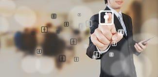 Affärsman som arbetar med digitalt visuellt objekt royaltyfria foton