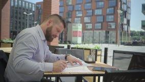 Affärsman som arbetar med dokument i kafét, steadicam lager videofilmer