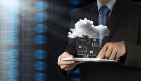 Affärsman som arbetar med ett moln som beräknar royaltyfri fotografi