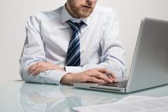 Affärsman som arbetar med hans anteckningsbok Royaltyfria Foton