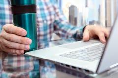 Affärsman som arbetar och analyserar finansiella diagram genom att använda bärbara datorn i kontoret med cofee eller utslagsplats Royaltyfria Foton