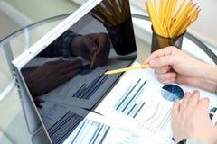 Affärsman som arbetar och analyserar finansiella diagram på grafer Arkivbilder