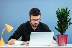 Affärsman som arbetar på bärbar datordatoren royaltyfria bilder