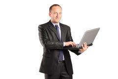 Affärsman som arbetar på bärbara datorn arkivbild