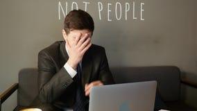 Affärsman som arbetar på bärbara datorn i kafé affärsmannen är uppriven stock video