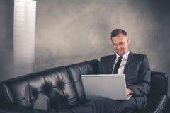 Affärsman som arbetar på datoren Royaltyfri Fotografi