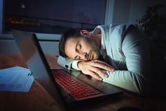 Affärsman som arbetar på en bärbar dator som överanstränger, under tryck arkivbilder