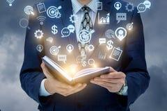 Affärsman som arbetar på framkallande affärsstrategier Arkivbild