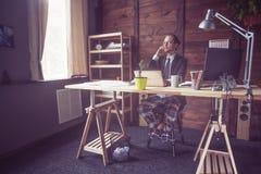 Affärsman som arbetar på frilans- hemmastatt royaltyfria bilder