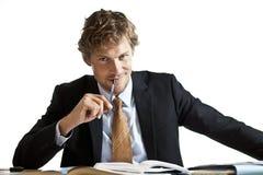 Affärsman som arbetar på hans skrivbord Royaltyfri Bild