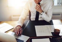 Affärsman som arbetar på kontoret, konsulentadvokatbegrepp royaltyfri fotografi