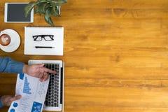 Affärsman som arbetar på kontorsskrivbordet och använder datoren och objekt royaltyfri foto