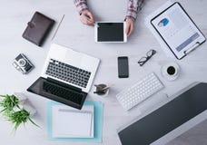 Affärsman som arbetar på skrivbordet med en digital minnestavla Arkivfoton