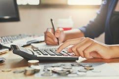affärsman som arbetar på skrivbordkontor genom att använda räknemaskinaffärsfena Royaltyfri Foto