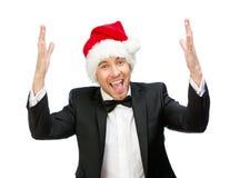 Affärsman som bär det Santa Claus locket med händer upp royaltyfri foto