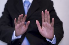 Affärsman som bär en svart dräkt som lyfter båda händer, bakgrundsstadslandskap, Anti--korruption begrepp arkivbild