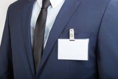 Affärsman som bär en tom legitimationetikett eller ett känt kort under en utställning eller en konferens royaltyfri fotografi