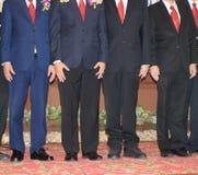 Affärsman som bär ett stående lagarbete för dräkt royaltyfria bilder