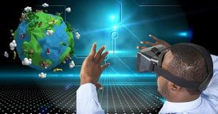 Affärsman som bär VR-exponeringsglas, medan se låg poly jord Royaltyfri Bild