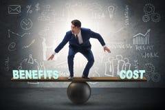 Affärsman som balanserar mellan kostnad och fördelen i affärsconce Royaltyfri Fotografi